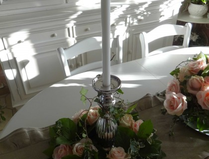 Centre de table avec des roses et bougies