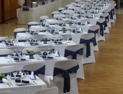Tables en bleu et ivoire