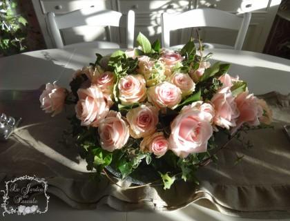 Composition fleurs roses lierre